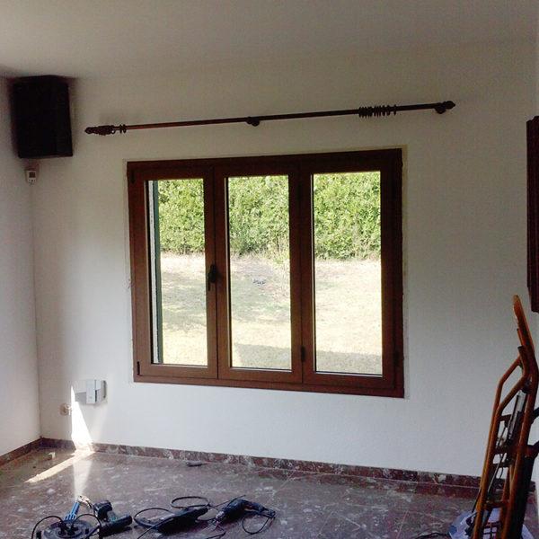 Imagen que muestra una habitación que en el suelo hay cable eléctrico y taladrador para el montaje de las ventanas de alumnio de Smart Llobet.