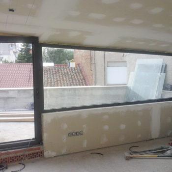 Imagen que muestra una terraza en obras cubierta en cristal y alumnio trabajo realizado por Smart Llobet.