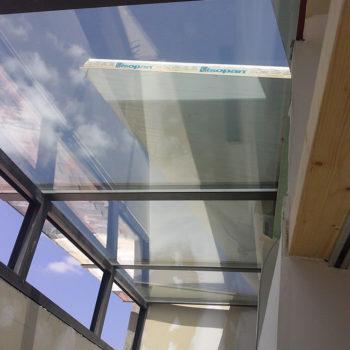 Imagen con detalle de un techo en alumnio y acristalado, realizado por Smart Llobet.