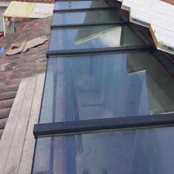 Imagen con detalle de una cubierta en el tejado elaborado en cristal y alumnio, trabajo realizado por la empresa Smart Llobet.