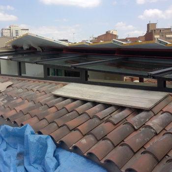 Imagen que muestra una cubierta en un tejado elaborada en cristal y alumnio, obras realizadas por Smart Llobet.