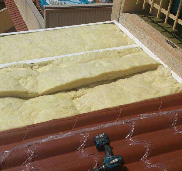 Imagen que muestra un tejado cubierto por espuma poliuretano, obra que realizada Smart Llobet.