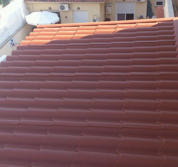 Imagen que muestra un tejado en la que hay un balcón y un patio exterior.