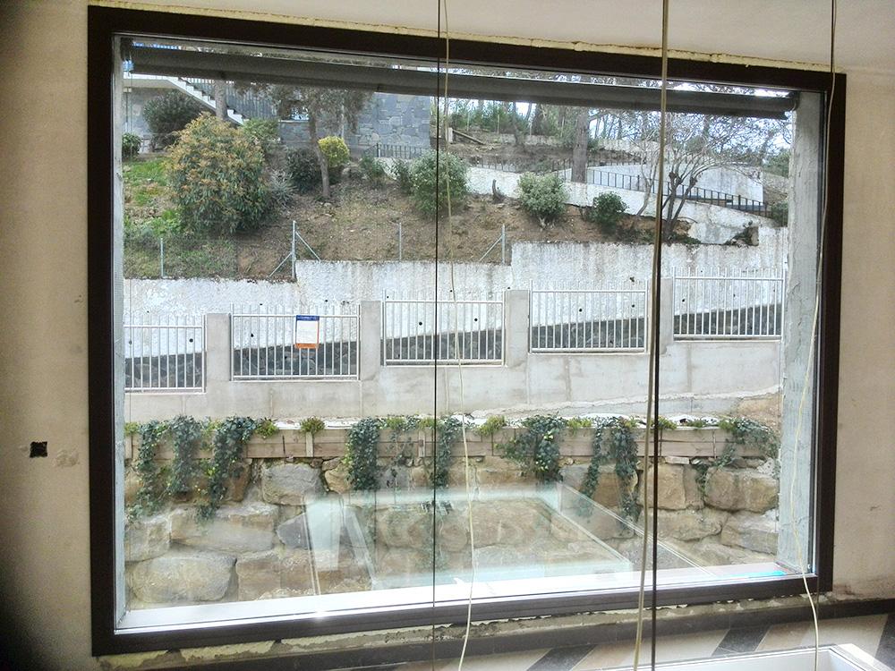 Imagen en la que muestra una ventana en obras con vistas a unas vallas, la colocación de la ventana la realizó Smart Llobet.