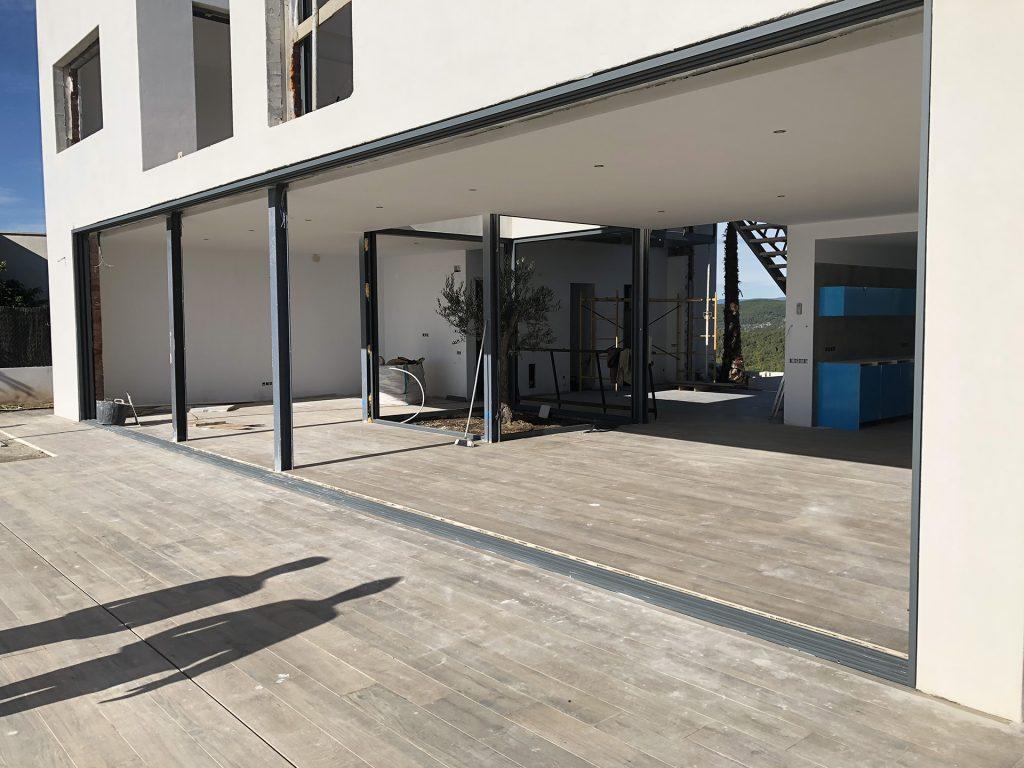 Imagen de puertas de terraza en obras con la colocación del armazón de alumnio
