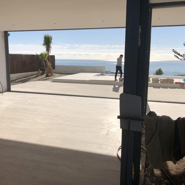 Fotografía de instalación de ventana les con vistas al mar en Sitges (Barcelona).