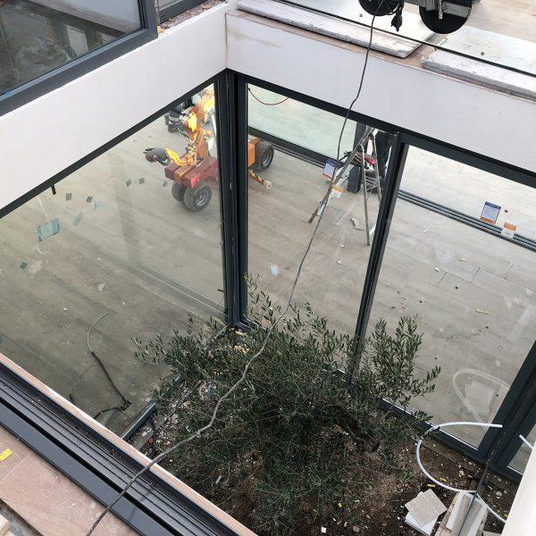Foto de instalación de ventana les en patio de vivienda unifamiliar en Sitges