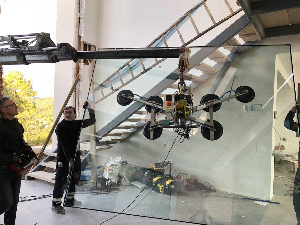 Foto de instalación de ventana les de vidrio por Smart Llobet.