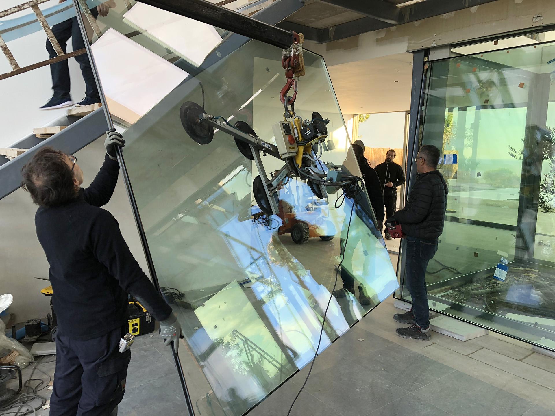 Imagen instalación de vidrios con grua de ventosa